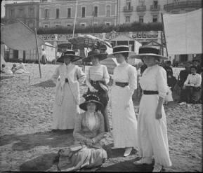 san-sebastian-muchachas-de-blanco-y-sombreros
