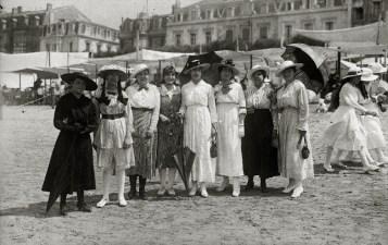 sanse-grupo-de-mujeres-y-muchachas-de-blanco-paseando