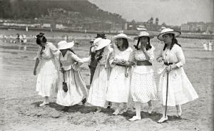 sanse-jovencitas-de-blaco-pasean-por-la-playa