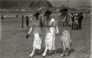 sanse-muchachas-paseando-con-sombrilla