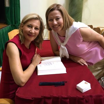 Con Eva G. Sáenz de Urturi.